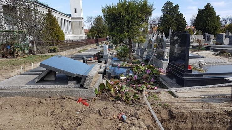 Porušeni spomenici na groblju u Somboru