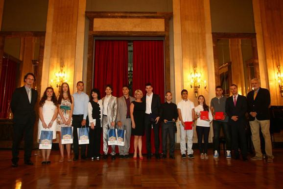 Deo nagrađenih đaka generacije sa ministrom Verbićem i gradonačelnikom Sinišom Malim
