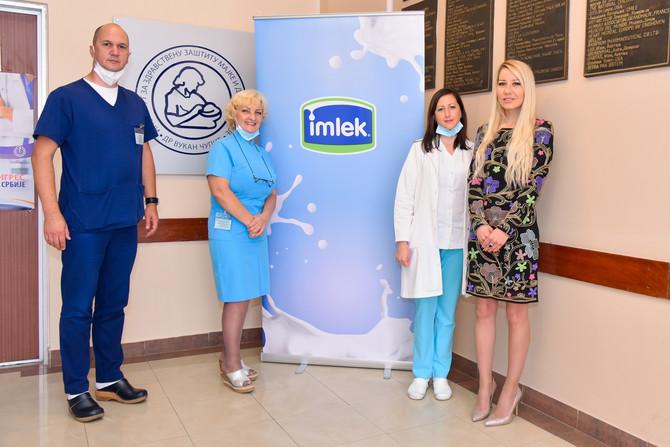 Marija Malović, regionalni menadžer za odnose s javnošću kompanije Imlek, sa predstavnicima Institutu za majku i dete u Beogradu