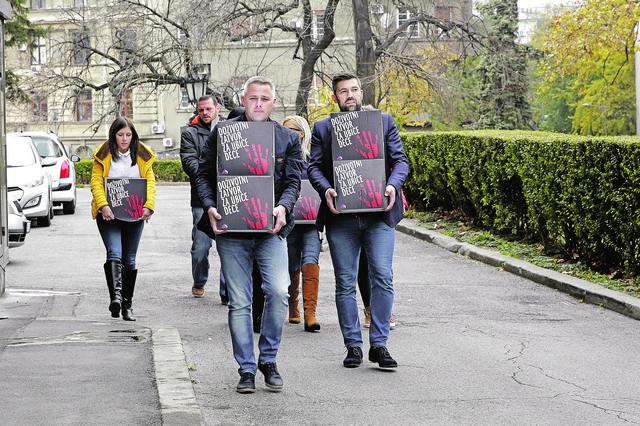 """Igror Jurić i urednik """"Blica"""" Predrag Mihailović predali su kutije sa 158.000 potpisa građana Srbije koji traže doživotni zatvor"""