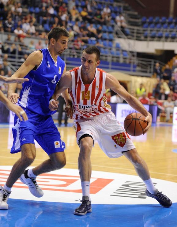 Milan Dozet, dok je nosio dres Igokee, u duelu sa Borisom Savovićem, nekadašnjim igračem Zvezde