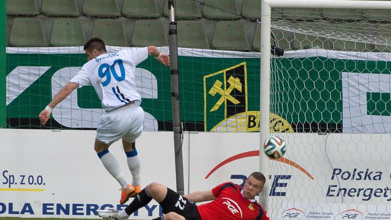 Piłkarz Zawiszy Bydgoszcz Josip Barisic (L) strzela na bramkę Emilijusa Zubasa (P) z GKS Bełchatów