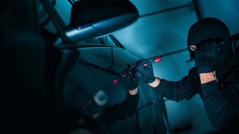 """W Polsce najczęściej kradzionymi pojazdami są Volkswageny, Audi oraz modele marek japońskich (Mazda, Toyota, Honda). Policja podkreśla, że złodzieje są coraz lepiej zorganizowani i wyposażeni. Nie tylko w mechaniczne narzędzia, ale także w oprzyrządowanie elektroniczne. Z najnowszych danych firm ubezpieczeniowych, które zebrał dziennik.pl wynika również, że przestępcy """"z branży samochodowej"""" posuwają się do nietypowych sztuczek, by odjechać cudzą własnością. A w ostatnim roku niebezpiecznie wzrosła częstotliwość stosowania jednej konkretnej metody. Zmusili (a może zachęcili?) ich do tego producenci aut - dlatego też przestępcy zmienili upodobania i coraz śmielej eksploatują nową żyłę złota. Oto metody jakimi posługują się bandyci…"""