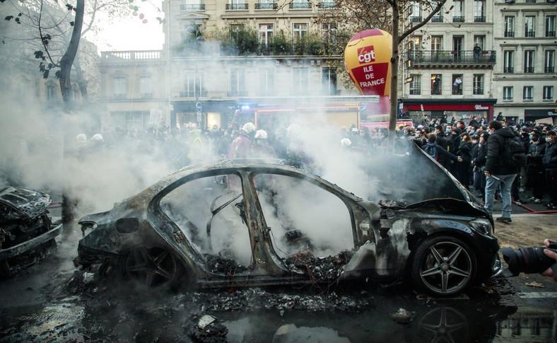 Paryż. Spalony samochód