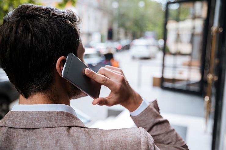 mobilni telefon shutterstock 439344175