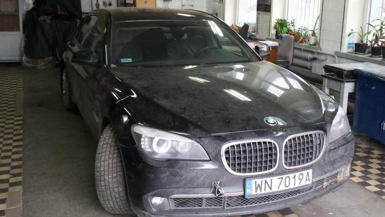 """BMW 760Li High Security, które miało wypadek na autostradzie A4 z prezydentem Andrzejem Dudą na pokładzie, jest seryjnie wyposażone w ogumienie Michelin PAX. To właśnie jedna z takich opon zamontowana na tylnej napędowej osi uległa uszkodzeniu. W efekcie - jak później relacjonował sam prezydent - """"auto wpadło w poślizg i zsunęło się do rowu""""."""
