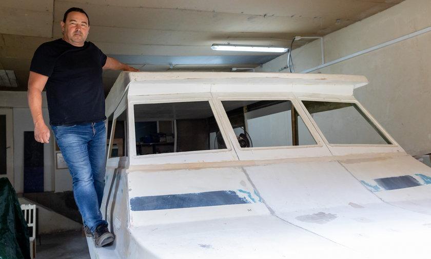 Wojciech Fiołka sam buduje łódź.