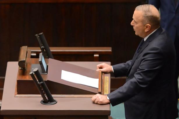 Przewodniczący Platformy Obywatelskiej Grzegorz Schetyna przemawia w Sejmie, 16 bm. żegnając zmarłego prezydenta Gdańska Pawła Adamowicza. Później posłowie minutą ciszy uczcili jego pamięć.