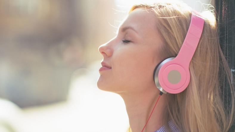 Młoda dziewczyna słucha muzyki