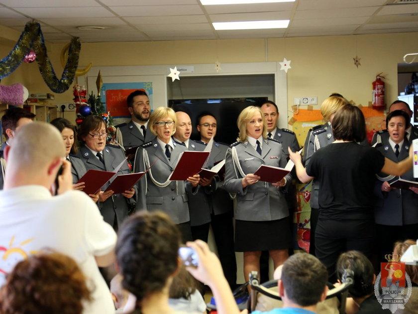 Stołeczni policjanci zaśpiewali dla chorych dzieci z CZD