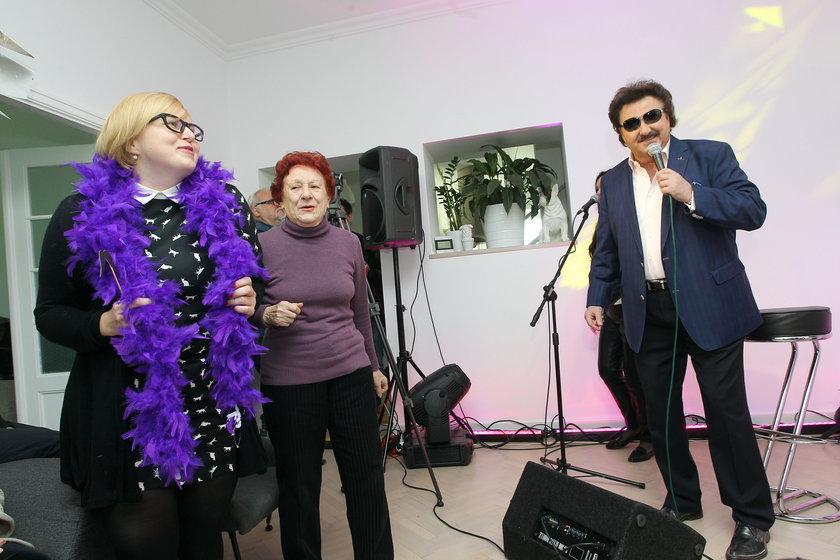 Krzysztof Krawczyk śpiewa