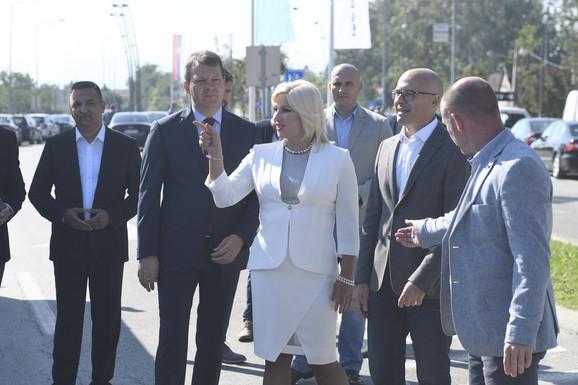 Zorana Mihajlović sa Igorom Mirovićem i Milošem Vučevićem u obilasku radova na izgradnji Sentandrejskog bulevara u Novom Sadu