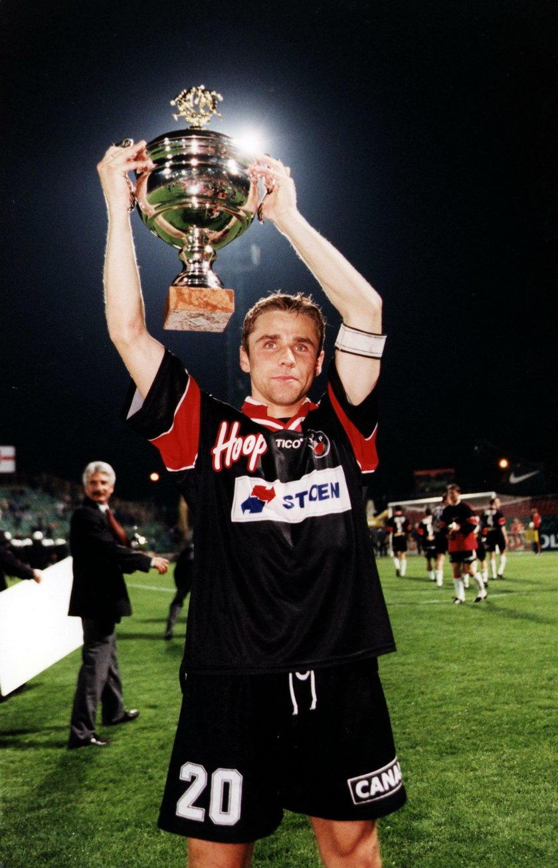 Arkadiusz Bąk (46 l.) z dumą prezentował mistrzowskie trofeum. W 2000 r. Czarne Koszule zdobyły również Superpuchar Polski