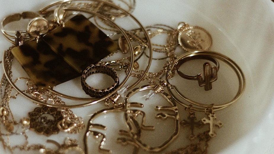 Złoto można czyścić octem lub przy użyciu proszku do pieczenia - Karly Jones/unsplash.com