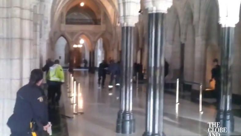 Kadr z filmu nagranego wewnątrz kanadyjskiego parlamentu