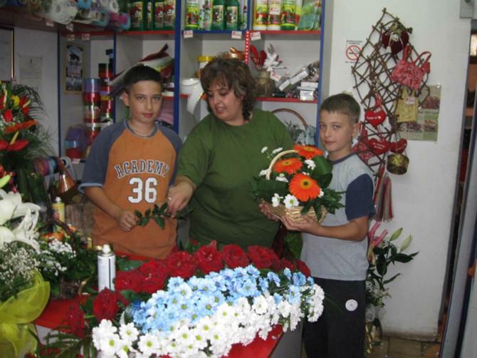 2293_Cvecarka-sa-sinovima-2