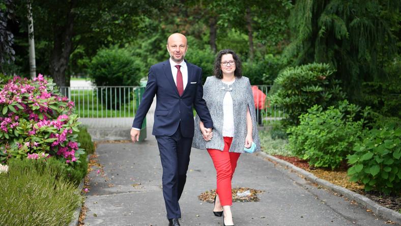 Kandydat w przedterminowych wyborach na prezydenta Rzeszowa wiceprzewodniczący Rady Miasta Rzeszowa Konrad Fijołek z żoną Magdaleną