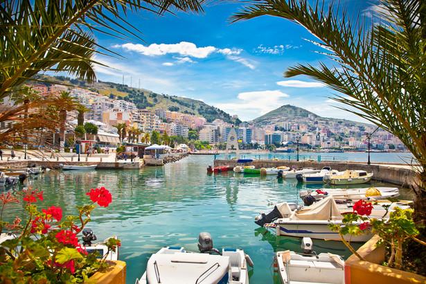 Saranda to miejscowość położona na południu Albanii. Oferuje kamieniste plaże znajdujące się przy krystalicznie czystym Morzu Jońskim. Przebywając w Sarandzie warto wybrać się promem na grecką wyspę Korfu - podróż potrwa nieco ponad godzinę.