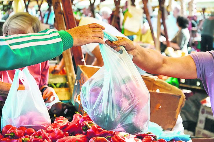 man-shopping-vegetables-market-farmer-450w-718773241 foto Whiteaster Shutterstock com