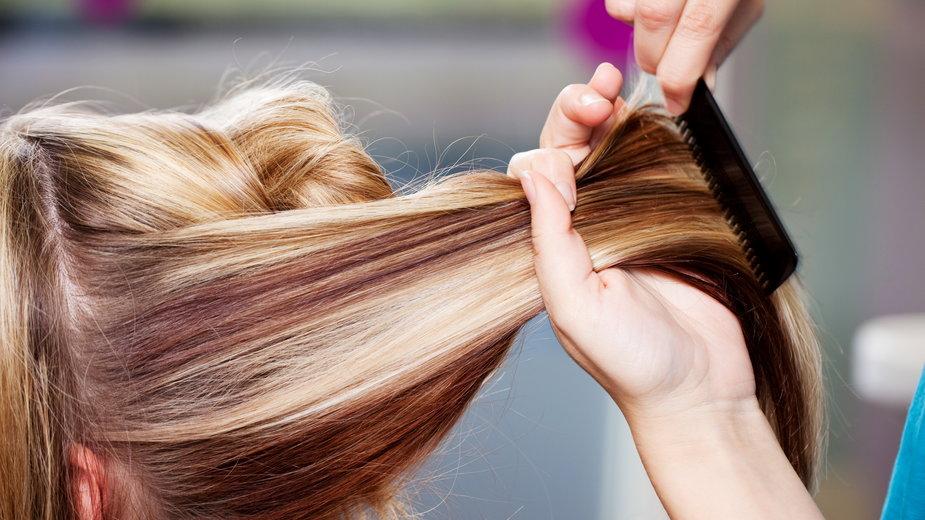 To najmodniejsza fryzura dla dłuższych włosów. Układa się sama, a na dodatek odmładza