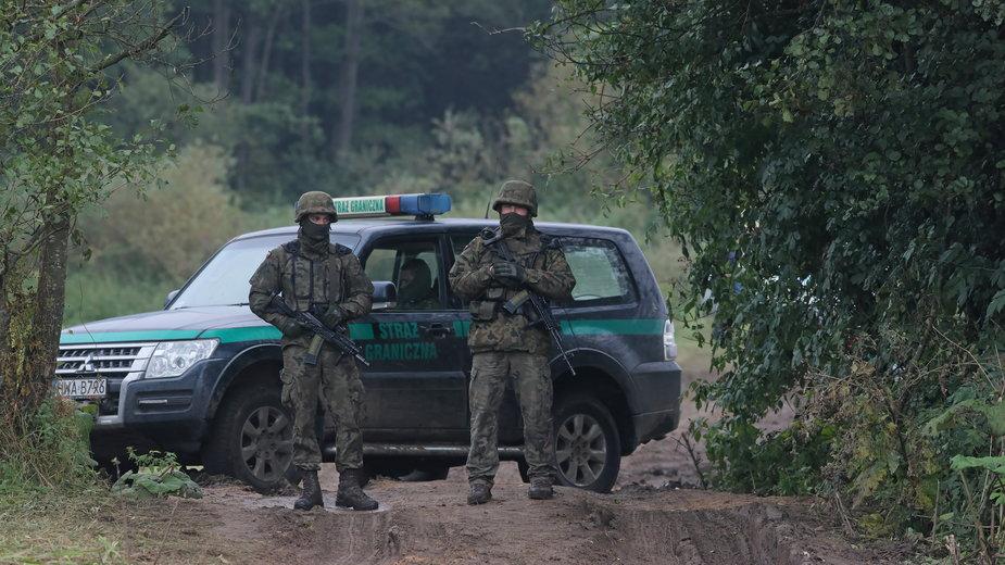 Straż graniczna i wojsko na polsko-białoruskiej granicy w pobliżu miejscowości Usnarz Górny, 30 sierpnia