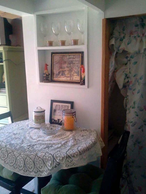 Obok kuchni jest mały salon, a tam są pastelowe meble