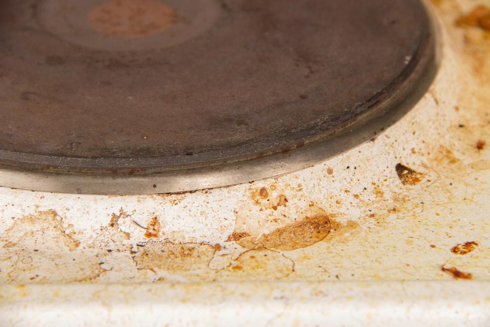 4. Jak usunąć przypalony tłuszcz z kuchenki