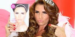 Katie Price promuje książkę piersiami