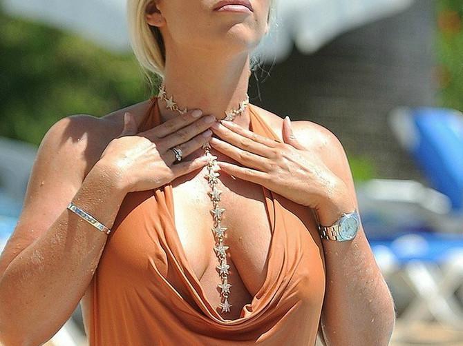 Kao da je izašla iz FILMA ZA ODRASLE: Rijaliti zvezda se pojavila u ŠOKANTNOM kupaćem, ljudi na plaži zanemeli