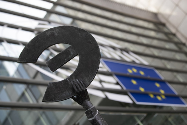 """Fragment pomnika """"Europa"""" stojącego przed budynkiem Parlamentu Europejskiego w Brukseli"""