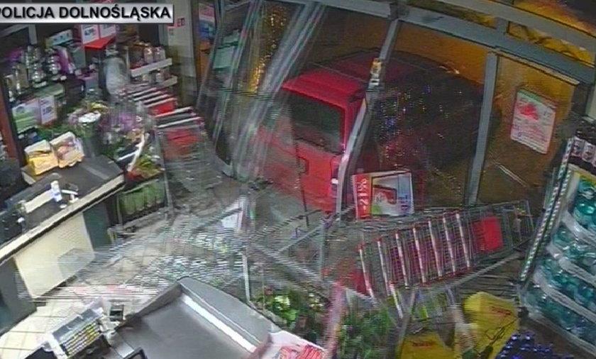 Samochodem włamywali się do sklepów