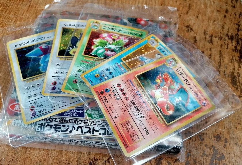 Karty Pokemon w ochronnych foliach