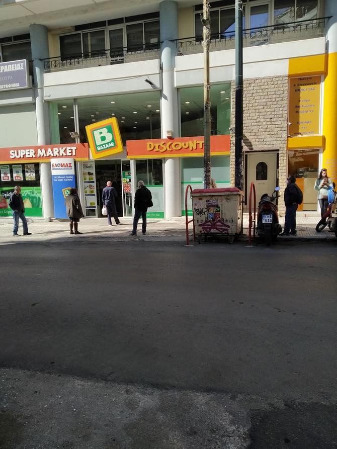 Ispred prodavnice u Atini
