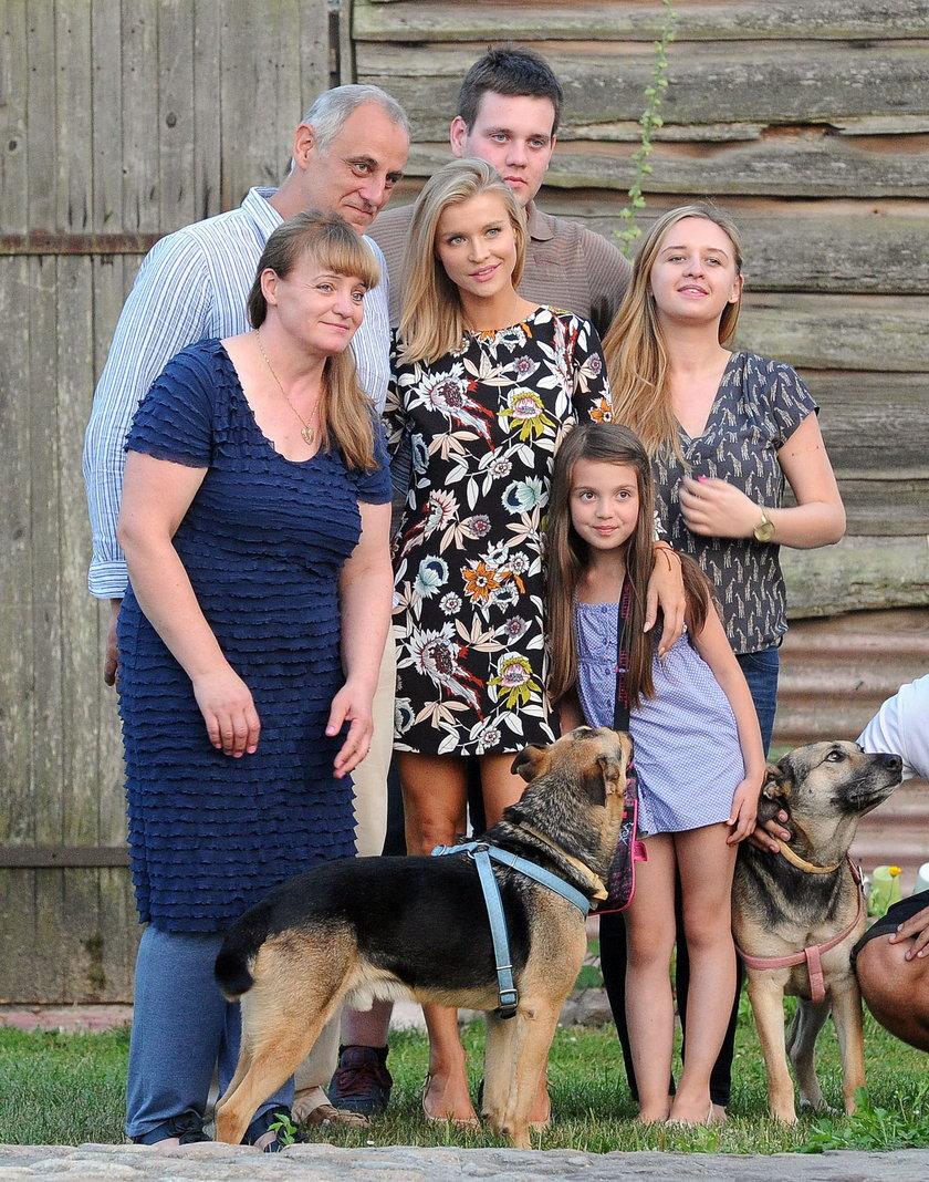 Joanna Krupa z rodziną która przygarnęła psy