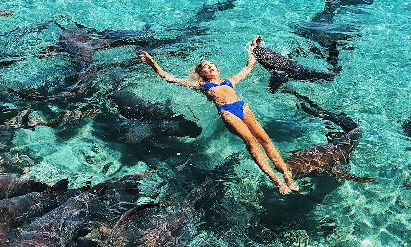 19-latka postanowiła zrobić sobie zdjęcia z rekinami. To nie był dobry pomysł...