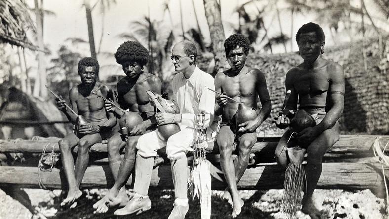 Bronisław Malinowski z tubylcami na jednej z Wysp Trobrianda