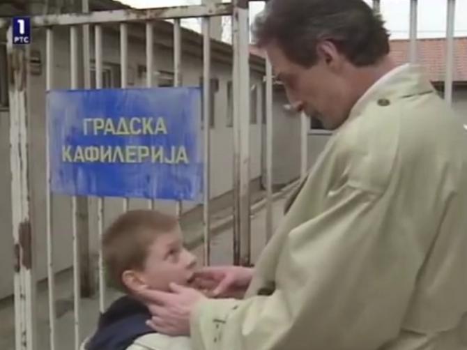 """Dve decenije gledate """"Srećne ljude"""", a niste primetili OVOG GLUMCA: Otac Vuka Kostića pojavljuje se u jednoj sceni i sličnost oca i sina je NEVEROVATNA"""