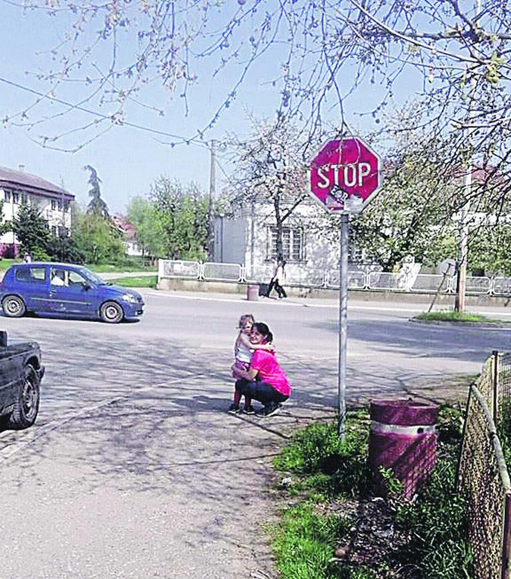 Lena i Ivana Mihailovic na raskrsnici gde je bilo dete kada je otislo iz vrtica