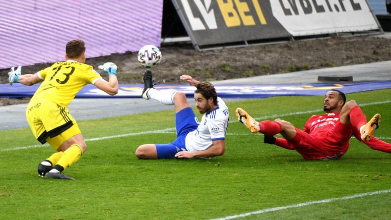 Zawodnicy PGE FKS Stali Mielec Rafał Strączek (L) i Marcin Flis (2L) oraz Felicio Brown Forbes (P) z Wisły Kraków podczas meczu 7. kolejki piłkarskiej Ekstraklasy