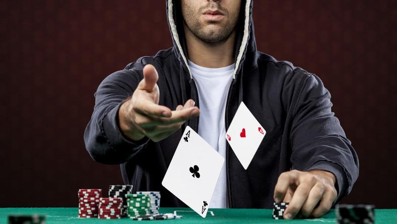 Pokerzysta przy stole