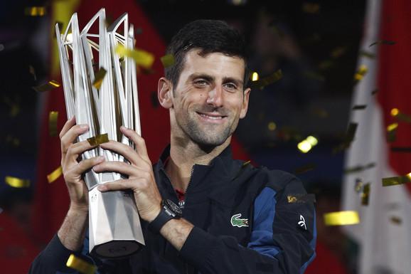 Novak Đoković sa trofejom sa turnira u Šangaju