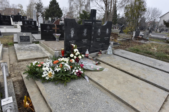 Cveće na grobu učiteljice Dragice