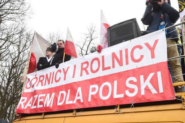 Rośnie liczba tych, którzy według polskiego prawa nie mogą do związków należeć – ponad 1,3 mln Polaków pracuje na śmieciówkach, ponad 1 milion jest samozatrudnionych.