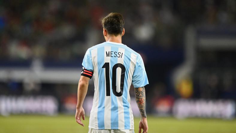 """Messi jest od dawna postrzegany jako jeden z najlepszych piłkarzy świata. W latach 2010-2012 odbierał rok po roku Złote Piłki, a w 2009, kiedy FIFA i """"France Football"""" prowadziły jeszcze osobne plebiscyty, zwyciężył w... obydwu."""