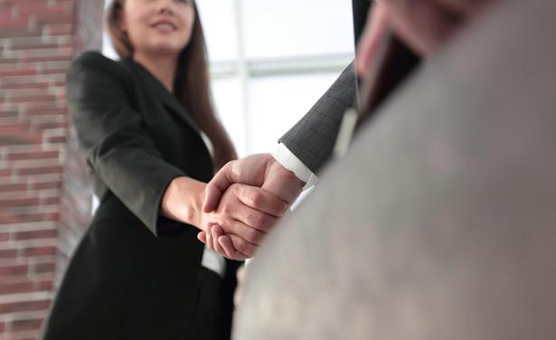 Gdy spółka podpisuje umowę z członkiem swojego zarządu, to powinna być reprezentowana przez radę nadzorczą lub pełnomocnika powołanego uchwałą wspólników