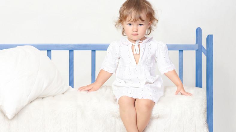 dziecko dziewczynka łóżko