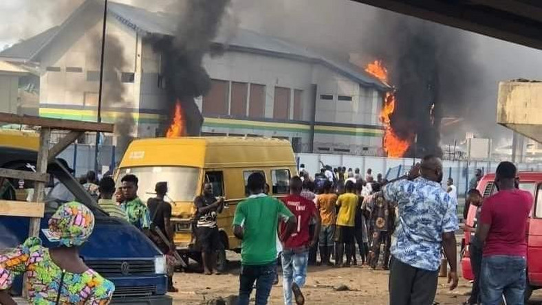 Police station in Orile Iganmu burnt by thugs