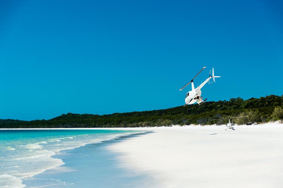 Australijskie wyspy Whitsunday Islands to raj dla turystów. Warto wybrać się na plaże Whitehaven Beach oraz Hamilton Island, tuż przy Wielkiej Rafie Koralowej.
