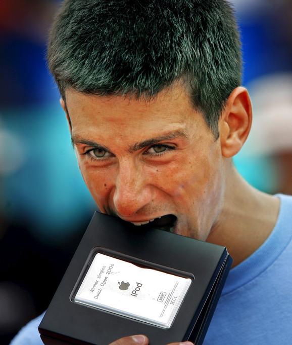 Novak Đoković sa nagradom za titulu u Amersfortu 2006.