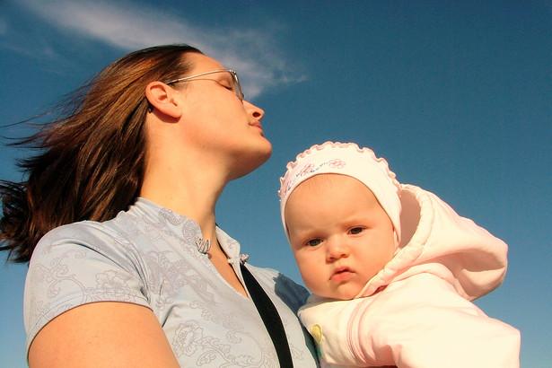 Oddziały ZUS nie wstrzymały egzekucji zaległych składek od matek, które przebywały w latach 1999-2006 na urlopach wychowawczych i macierzyńskich - alarmują posłowie z sejmowej Komisji Polityki Społecznej i Rodziny.